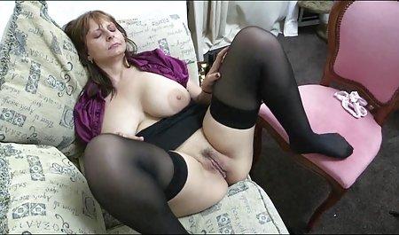 Симпатична зрілі порно українські дівчина грає з дилдо